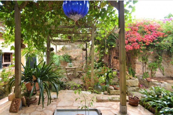 Nice village house with big garden for sale in Llubí, Mallorca