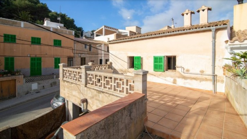 Village house to reform for sale close to the main plaza in Capdepera