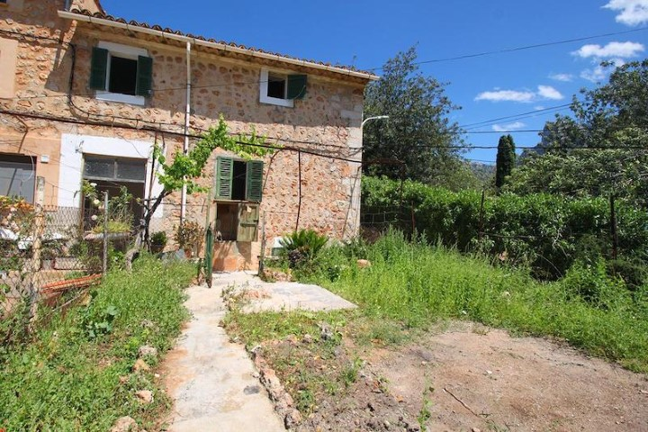 Rustic house for sale with a small garden to reform on the outskirts of Sóller