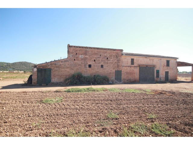 Traditional farmhouse on large plot for sale in Campanet