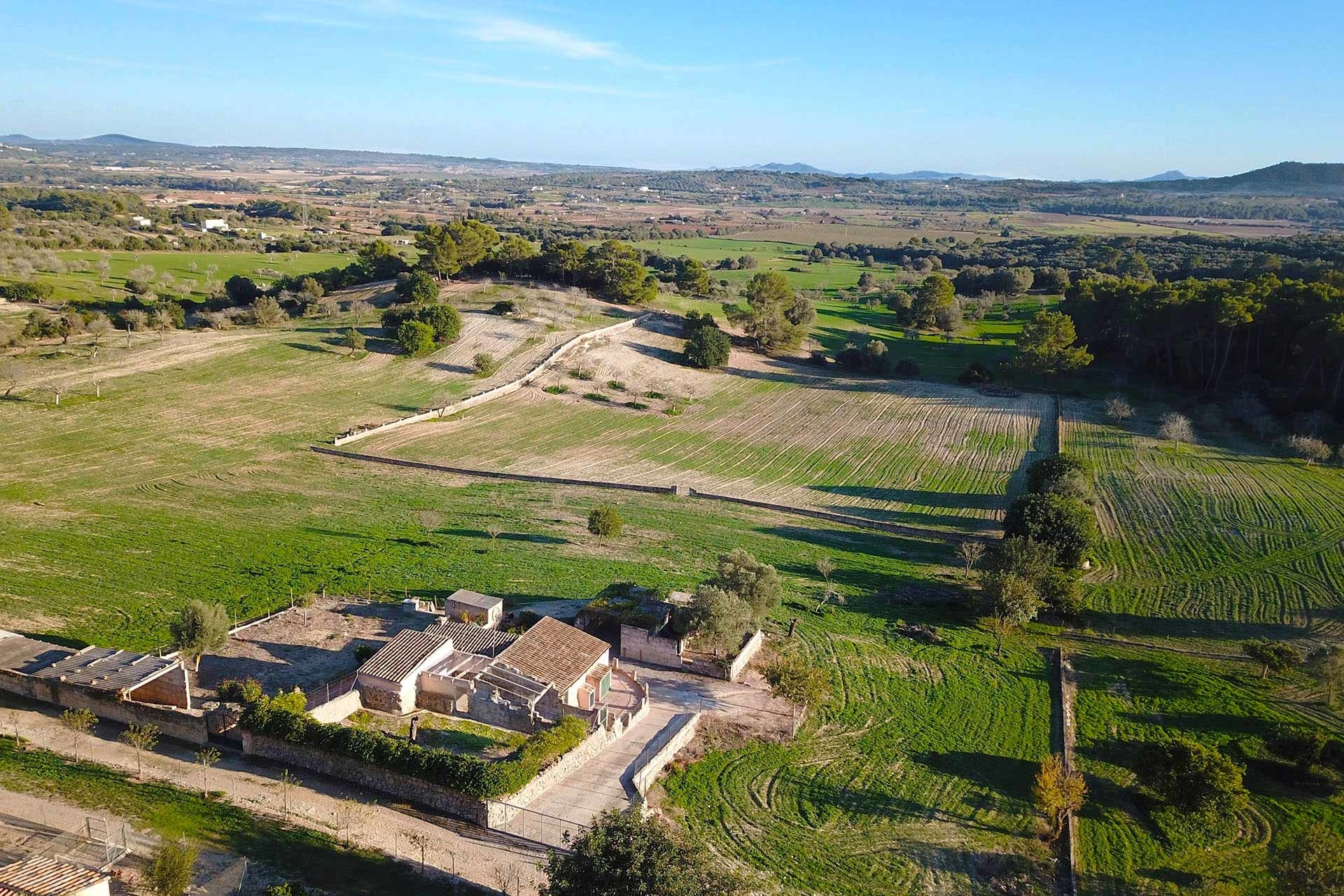 Finca on a large plot for sale to be renovated with holiday rental license near Sineu
