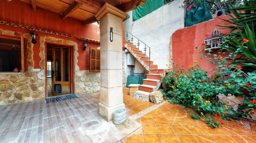 Charming rustic town house for sale located in a quiet street in Llucmajor