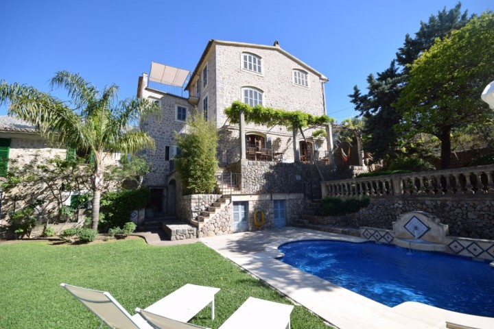 Beautiful and spacious townhouse with garden and pool for sale in Sóller