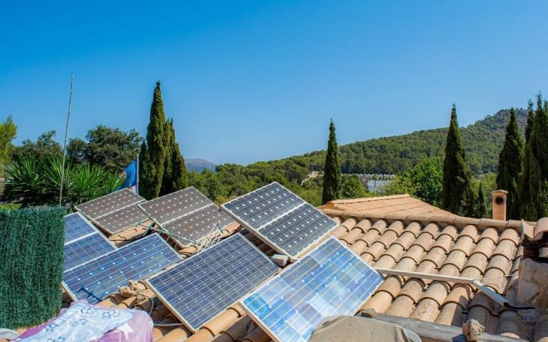 immobilie21817-11-photovoltaik-paneele-auf-der-dachterrasse-g-1280x800