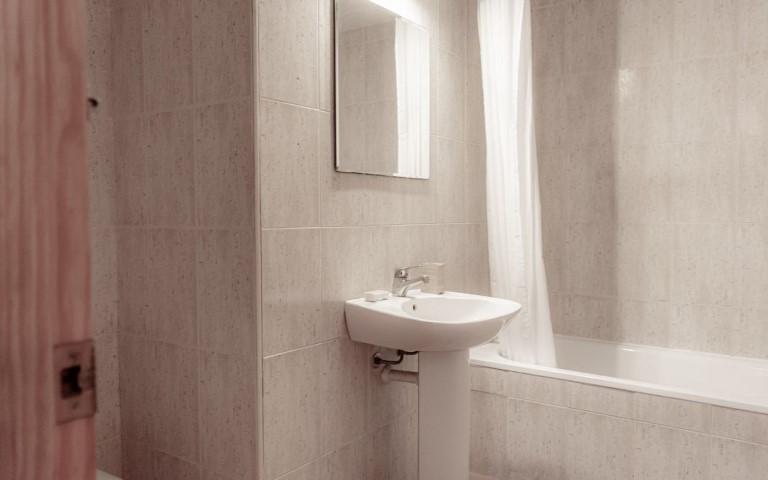 immobilie22307-badezimmer-mit-wanne-g-1280x800