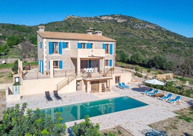 Rustic villa with holiday license on large plot for sale in Sant Llorenç