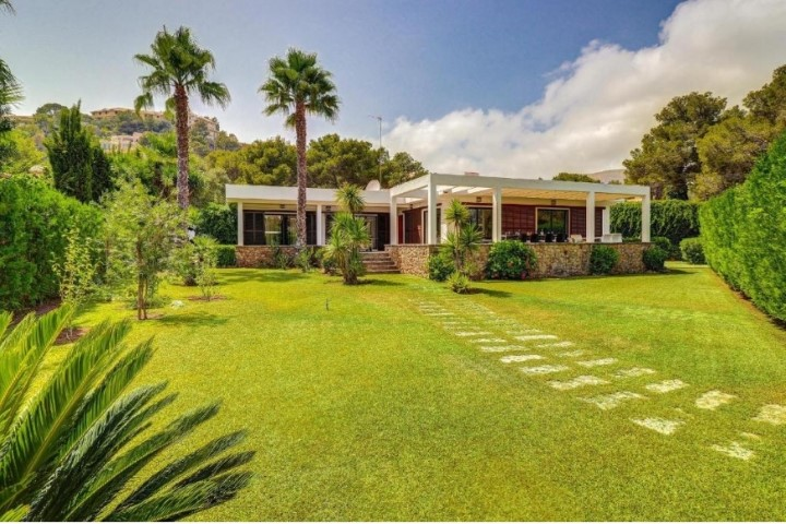 Fantastic detached villa with holiday rental license for sale in Puerto Pollensa