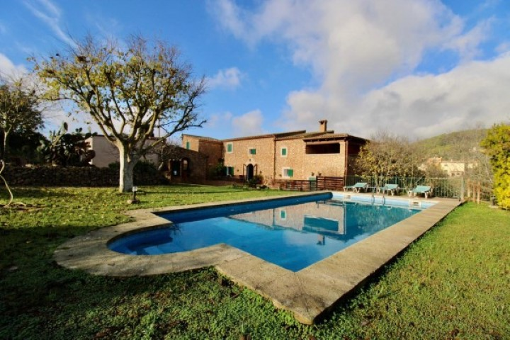 Beautiful Mallorcan-style finca with Holiday rental license and pool for sale near s'Horta